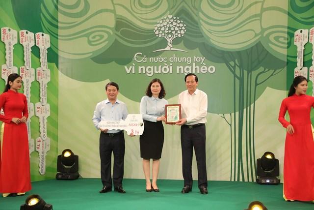 Phó Chủ tịch- Tổng Thư ký Hầu A Lềnh và Bộ trưởng Bộ LĐ-TB&XH Đào Ngọc Dung tiếp nhận ủng hộ từ Ngân hàng TMCP Đầu tư và Phát triển Việt Nam (BIDV).