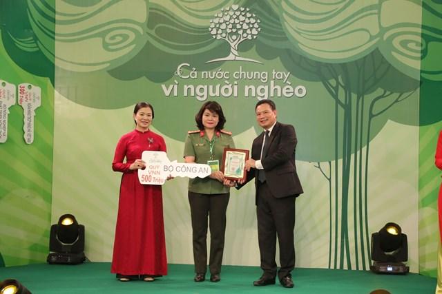 Phó Chủ tịch Trương Thị Ngọc Ánh tiếp nhận ủng hộ từ Bộ Công an.
