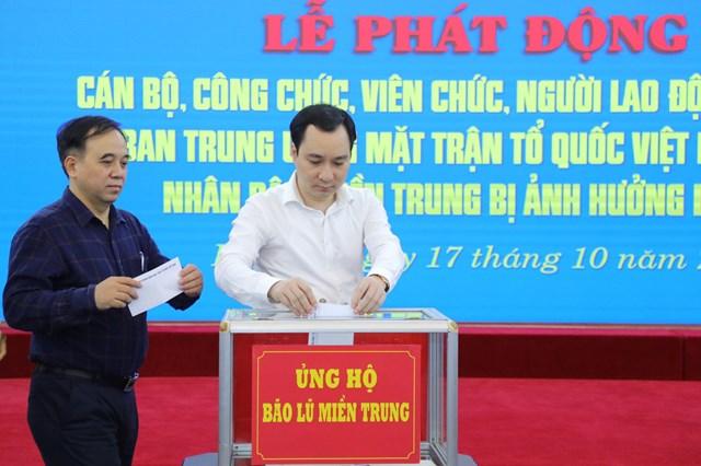 Ông Vũ Văn Tiến, Trưởng ban Tuyên giáo UBTƯ MTTQ Việt Namủng hộ đồng bào miền Trung bị bão lũ.