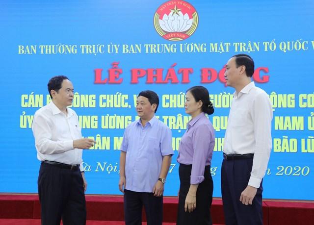 Chủ tịch Trần Thanh Mẫn cùng Phó Chủ tịch - Tổng Thư ký Hầu A Lềnh, Phó Chủ tịch Trương Thị Ngọc Ánh, Phó Chủ tịch Phùng Khánh Tài trao đổi tại Lễ phát động.