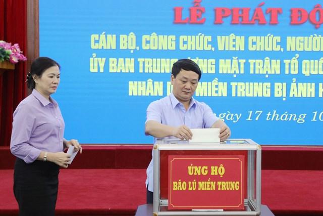 Phó Chủ tịch - Tổng Thư ký Hầu A Lềnhủng hộ đồng bào miền Trung bị bão lũ.