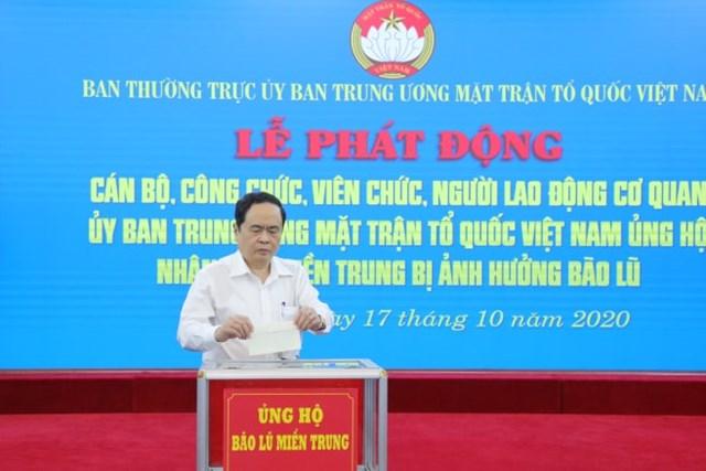 Tại Lễ phát động, Chủ tịch Trần Thanh Mẫn ủng hộ đồng bào miền Trung bị bão lũ.