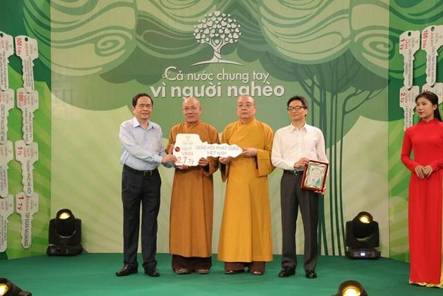 Chủ tịch Trần Thanh Mẫn và Phó Thủ tướng Vũ Đức Đam tiếp nhận ủng hộ từ Giáo hội Phật giáo Việt Nam.