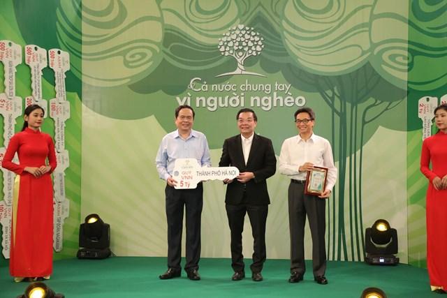 Chủ tịch Trần Thanh Mẫn và Phó Thủ tướng Vũ Đức Đam tiếp nhận ủng hộ từ TP Hà Nội.