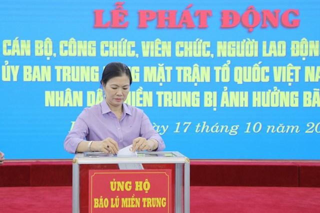 Phó Chủ tịch Trương Thị Ngọc Ánhủng hộ đồng bào miền Trung bị bão lũ.
