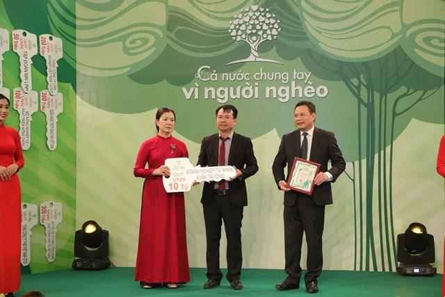 Phó Chủ tịch Trương Thị Ngọc Ánh tiếp nhận ủng hộ từ Doanh nghiệp tư nhân Xuân Trường.