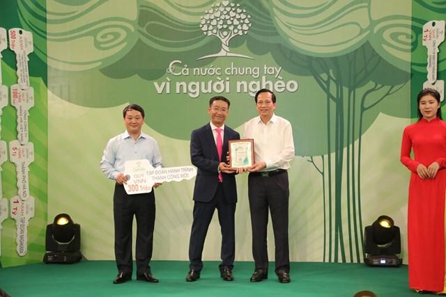 Phó Chủ tịch - Tổng Thư ký Hầu A Lềnh và Bộ trưởng Bộ LĐ-TB&XH Đào Ngọc Dung tiếp nhận ủng hộ từ Tập đoàn Hành trình thành công mới.