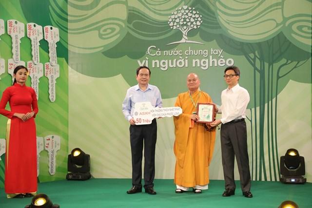 Chủ tịch Trần Thanh Mẫn và Phó Thủ tướng Vũ Đức Đam tiếp nhận ủng hộ từ Hòa thượng Thích Nhật Phát, Viện chủ chùa Phước Long.
