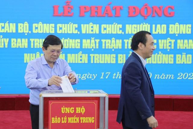 Phó Chủ tịch Nguyễn Hữu Dũngủng hộ đồng bào miền Trung bị bão lũ.