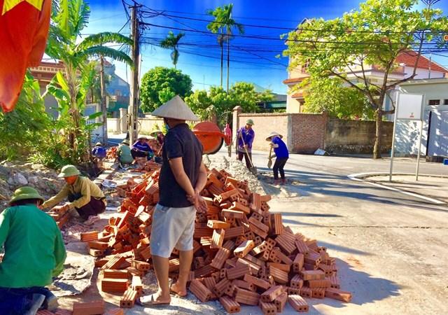 Nâng cấp cơ sở hạ tầng triển khai thực hiện xây dựng NTM kiểu mẫu tại các xã có sự đóng góp của nhân dân.