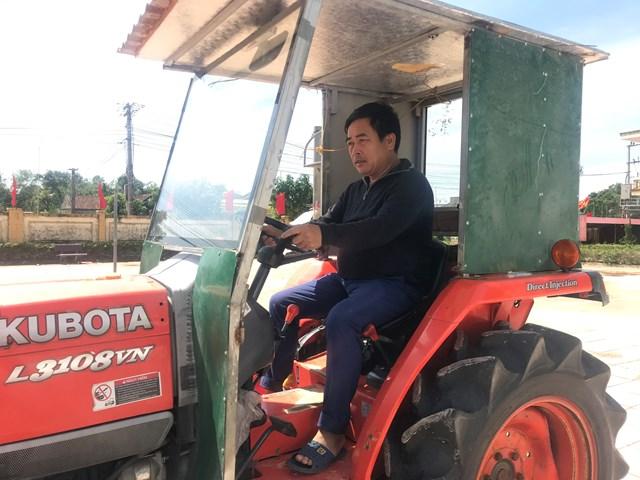"""""""Ông Mặt trận"""" Nguyễn Công Hoan lái máy cày chuyên dụng của nhà đến kéo thuyền, của cải của dân đến nơi an toàn."""
