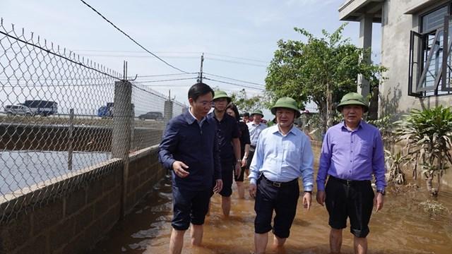 Ủy viên Trung ương Đảng, Phó Chủ tịch - Tổng Thư ký UBTƯ MTTQ Việt Nam Hầu A Lềnh với bà con vùng lũ Quảng Bình.