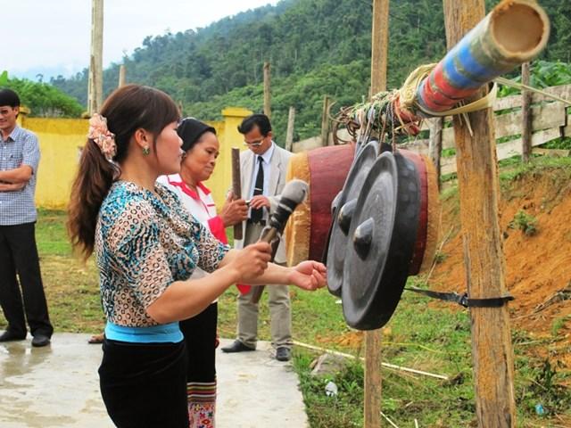 Người dân bản Piềng Văn đánh cồng chiêng trong dịp lễ hội.