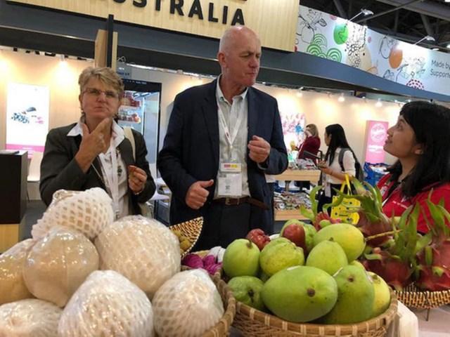 Chuyên gia Mỹ kiểm tra chất lượng trái cây Việt Nam trước khi nhập khẩu.