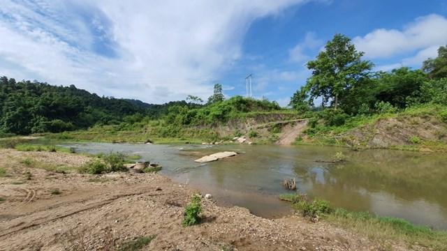 """Người dân Bình Chuẩn muốn về nhà ở khu tái định cư phải """"bơi"""" qua khe Chon."""