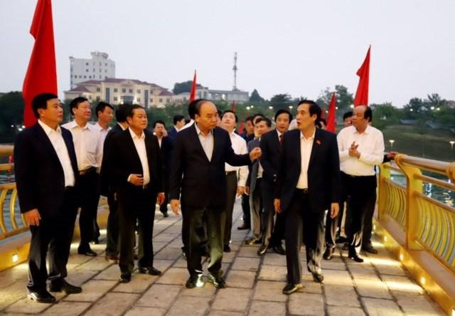Thủ tướng Nguyễn Xuân Phúc cùng các đại biểu thăm quan Cầu đi bộ qua hồ Công viên Văn Lang, thành phố Việt Trì (Phú Thọ).