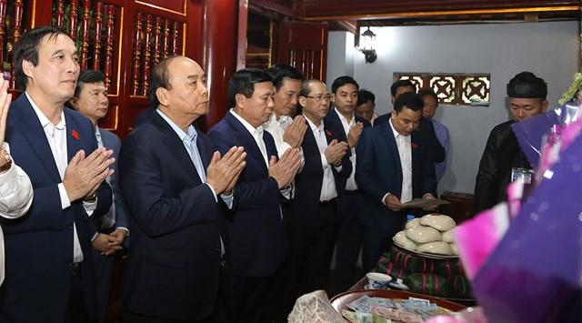 Thủ tướng Chính phủ Nguyễn Xuân Phúc và các đại biểu dâng hương tưởng nhớ công lao Đức Quốc Tổ Lạc Long Quân.