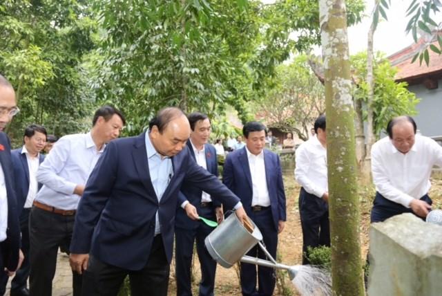 Thủ tướng Chính phủ Nguyễn Xuân Phúc chăm sóc cây xanh tại ĐềnQuốc Tổ Lạc Long Quân.