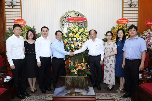 Phó Chủ tịch - Tổng Thư ký Hầu A Lềnh thăm, chúc mừng Cổng Thông tin điện tử Chính phủ. (Ảnh: Quang Vinh).
