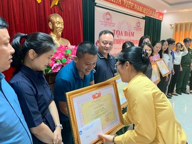 """Trao tặng Bằng khen cho 17 nhà báo có thành tích xuất sắc trong công tác tuyên truyền """"Vì sự nghiệp Đại Đoàn kết toàn dân tộc""""."""