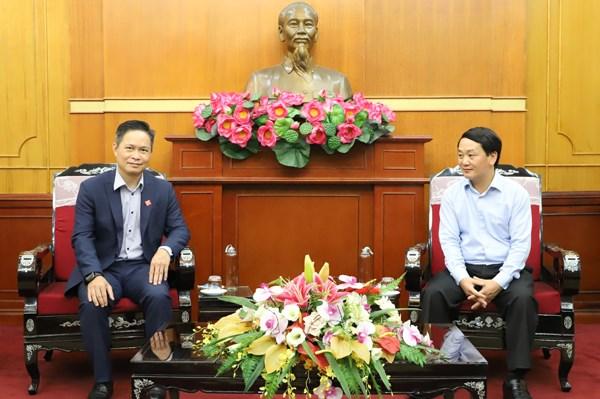 Phó Chủ tịch - Tổng Thư ký UBTƯ MTTQ Việt Nam Hầu A Lềnh trao đổivới ông Nguyễn Bá Diệp, Phó Chủ tịch Công ty Cổ phần Dịch vụ Di động trực tuyến Momo.
