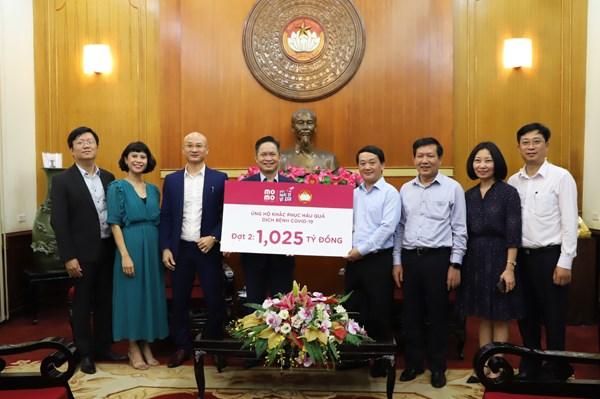 Phó Chủ tịch - Tổng Thư ký UBTƯ MTTQ Việt Nam Hầu A Lềnh tiếp nhận ủng hộ từ Ví điện tử Momo.