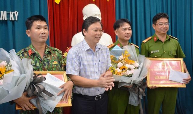 Chủ tịch UBND tỉnh Quảng NaLê Trí Thanh thưởng nóng cho Công an TP Tam Kỳ.