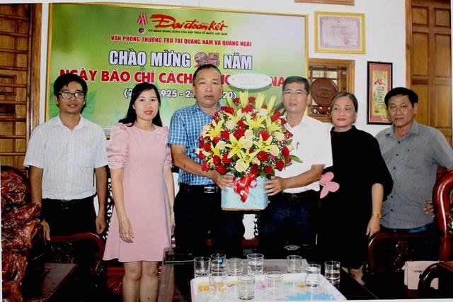 Lãnh đạo Ủy ban MTTQ Việt Nam tỉnh Quảng Ngãi chúc mừng Văn phòng báo Đại Đoàn Kết tại Quảng Nam, Quảng Ngãi.