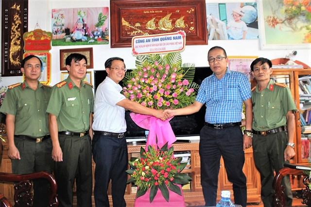 Lãnh đạo Công an tỉnh Quảng Nam chúc mừng Văn phòng Báo Đại Đoàn Kết tại Quảng Nam, Quảng Ngãi.