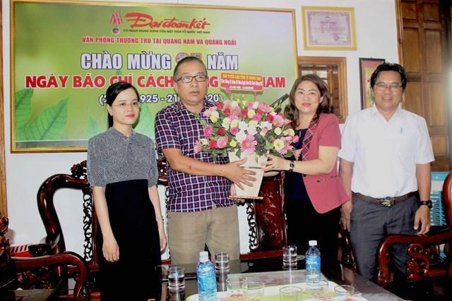 Trưởng Ban Tuyên giáo Tỉnh Quảng Nam chúc mừng Văn phòng Báo Đại Đoàn Kết tại Quảng Nam, Quảng Ngãi.
