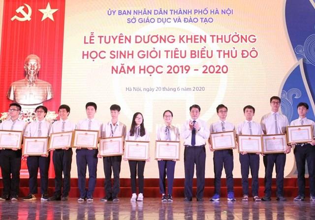 Chủ tịch UBND Thành phố Hà Nội Nguyễn Đức Chung trao tặng Bằng khen cho các học sinh tiêu biểu. Ảnh: TTXVN.