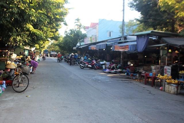 Tuyến đường ĐH 104 (chạy qua chợ tự phát thôn Khương Mỹ).