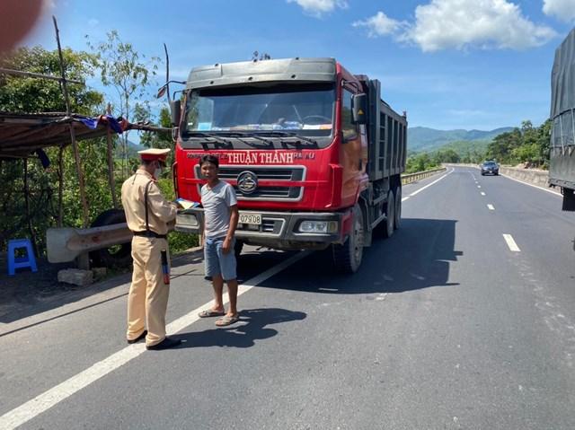 Lực lượngCSGT Phú Yên kiểm tra các phương tiện giao thông.