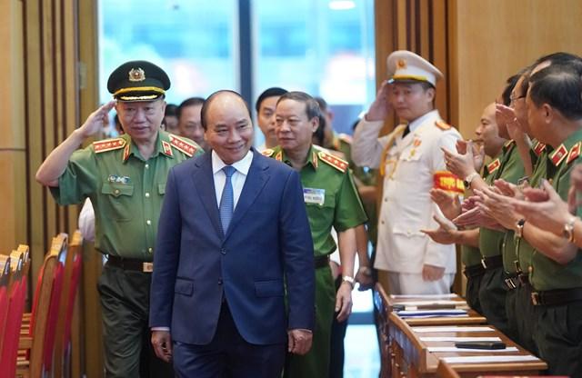 Thủ tướng Nguyễn Xuân Phúc cùng các đồng chí lãnh đạo Bộ Công an. Ảnh VGP.