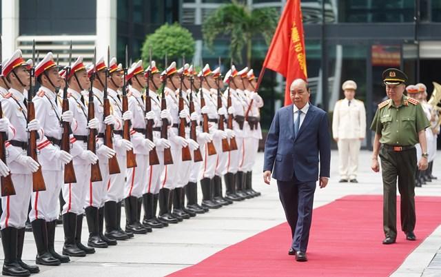 Thủ tướng Nguyễn Xuân Phúc duyệt Đội danh dự Công an nhân dân. Ảnh VGP.