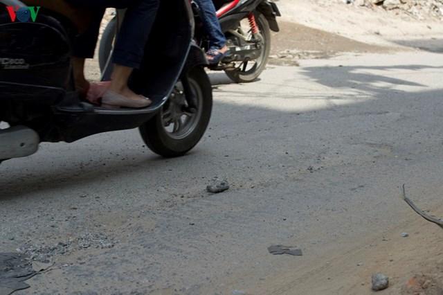 """""""Hãi nhất đi vào đường Vũ Trọng Phụng này, ổ gà, cát sỏi rơi vãi đầy đường, thi thoảng cũng đi vào đinh, vít rách cả lốp"""", một nhân xe ôm công nghệ cho hay."""