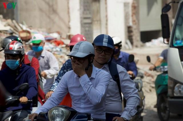 """Anh Hoàng Việt (nhân viên văn phòng) chia sẻ: """"Trước khi thi công thì đường này ùn tắc thôi, giờ thì có thêm bụi bẩn gây nên ô nhiễm không khí trầm trọng tại đây""""."""