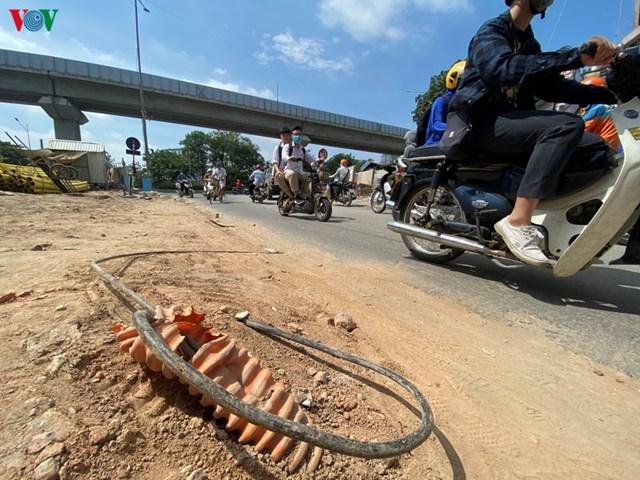 Nhiều đoạn dây điện bị đứt, hở đầu nằm rải rác khắp tuyến phố. Điều này rất dễ gây ra những tai nạn đáng tiếc.