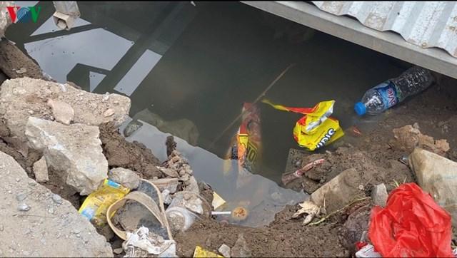 Thi công đường cống nước, vỉa hè bị đào sâu thành rãnh to tạo thành các hố nước sâu đọng lâu ngày không thể thoát, bốc mùi khó chịu.