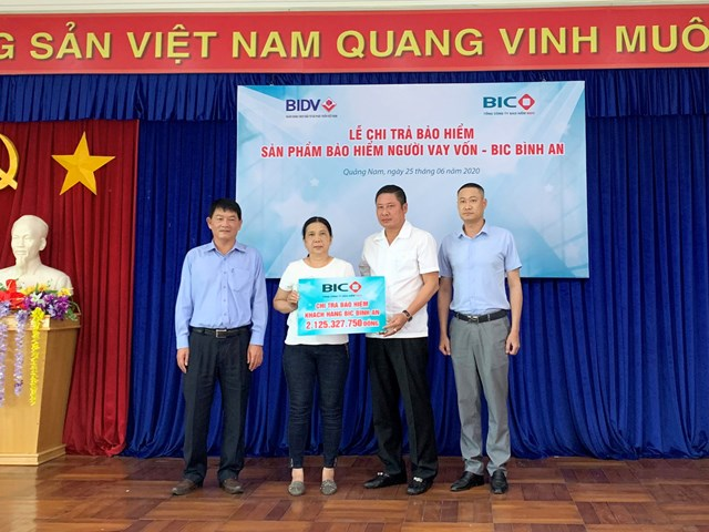 Ông Trần Hoài An, Tổng Giám đốc BIC và Ông Nguyễn Bách Thọ, Giám đốc BIDV Quảng Nam, trao quyền lợi bảo hiểm cho đại diện gia đình khách hàng Đinh Văn Bạn.