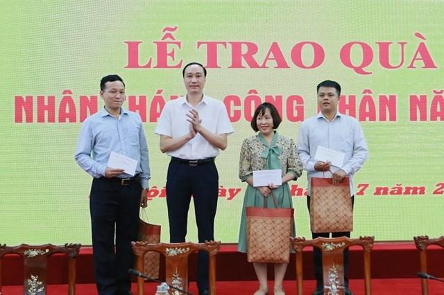 Phó Chủ tịch Phùng Khánh Tài tặng quà cho cán bô, công nhân viên gặp khó khăn.