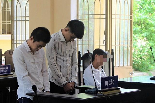 Bị cáo Quang Vinh và Nguyễn Văn Quốc Khánh tại TAND tỉnh Quảng Nam.