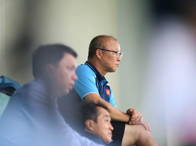 HLV Park Hang Seo chăm chú theo dõi sự thể hiện của các cầu thủ trẻ.