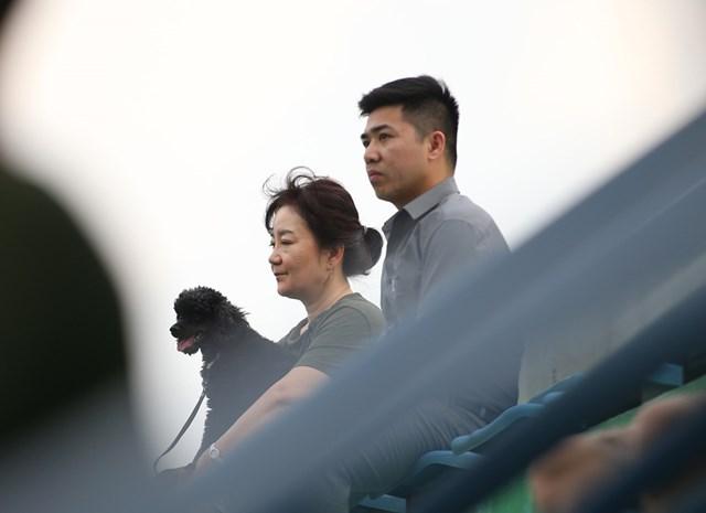 Bà Park cũng có mặt trên khán đài theo dõi trận đấu.