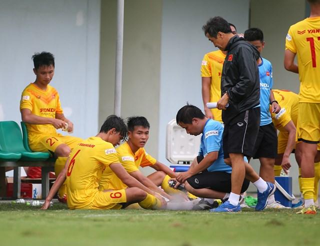 Các bác sĩ của đội luôn theo sát và chăm sóc các cầu thủ.