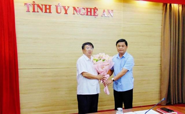 1.Bí thư Tỉnh ủy Nghệ An Thái Thanh Qúy tặng hoa cho ông Nguyễn Ngọc Nguyên, nguyên Phó Chủ tịch Ủy ban MTTQ tỉnh Nghệ An nhận quyết định nghỉ hưu theo Nghị định 26 của Chính phủ.