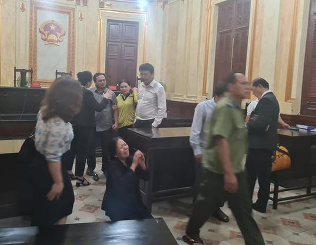 Hình ảnh lan truyền trên mạng việc bị đơn và đương sự liên quan quỳ gối bức xúc sau khi nghe tuyên án phúc thẩm.