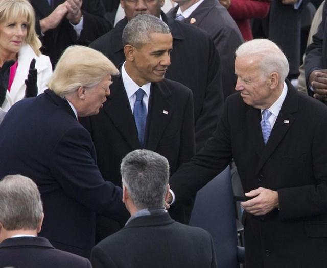 Hai ông Donald Trump và Joe Biden (phải) bắt tay tại lễ nhậm chức của ông Donald Trump cách đây 4 năm. Ảnh: NBC News.