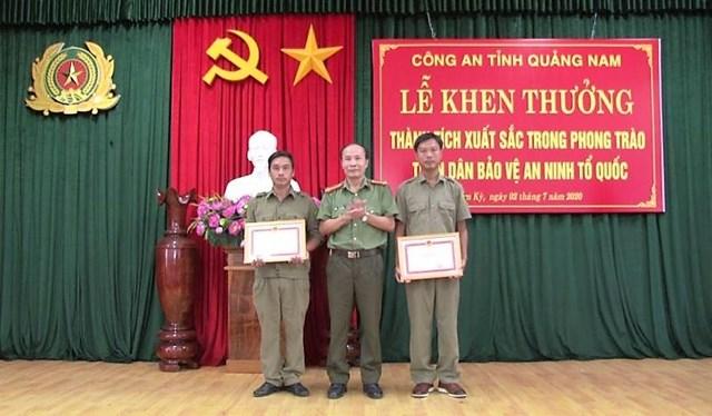Tặng giấy khen cho 2 bảo vệ dân phố tham gia bắt giữ đối tượng Triệu Quân Sự.