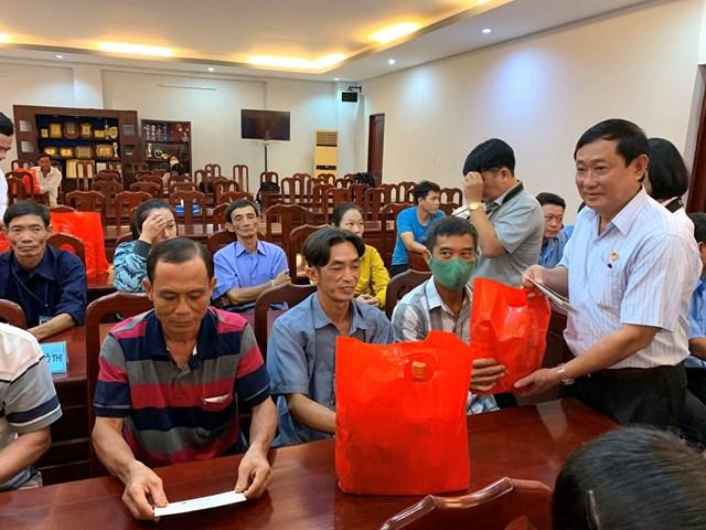 Ông Nguyễn Tiếc Hùng, Chủ tịch Ủy ban MTTQ Việt Nam tỉnh An Giang thăm, tặng quà công nhân có hoàn cảnh khó khăn tại thành phố Long Xuyên.